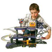Mega-Garagem-Hot-Wheels-com-menino-brincando
