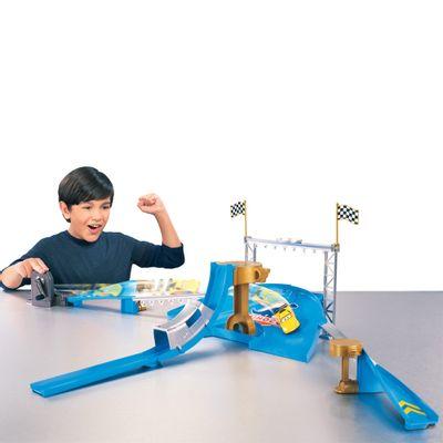 Com-Crianca-Carros---Pista-Acrobatica-Dinoco-Y1329