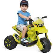 Crianca-com-Mini-Moto-Eletrica-ZX-Ben-10-6V-Bandeirante