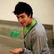 Homem-Brincando-com-Air-Hogs-AtmoSphere-Verde-MultiKids