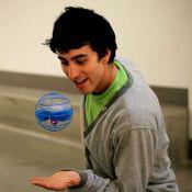 Homem-Brincando-com-Air-Hogs-AtmoSphere-Azul-MultiKids