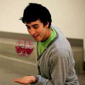 Homem-Brincando-com-Air-Hogs-AtmoSphere-Vermelho-MultiKids
