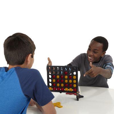 Meninos-jogando-Jogo-Connect-4-Classico-Novo-Hasbro