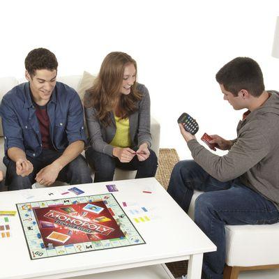 Galera-Jogando-Jogo-Monopoly-Eletronico-Hasbro
