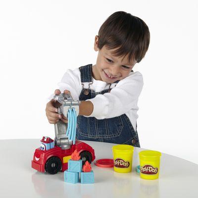 Menino-Brincando-Massinha-Play-Doh-Bombeiros-Chuck-e-Friends-Diggin-Rigs-Hasbro